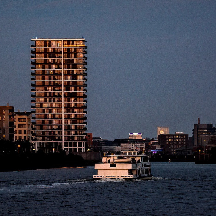 Maritime Abendstimmung am Landmark Tower